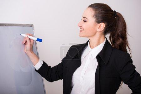 Photo pour Portrait d'une femme jeune entreprise avec jury isolé sur fond gris. - image libre de droit