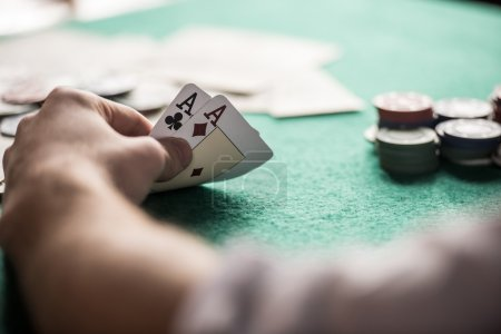 Photo pour Top view of a poker table during a game. Chips, money and cards on the table. - image libre de droit