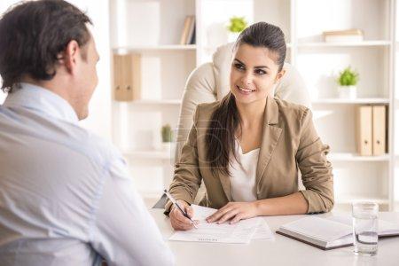 Photo pour Femme d'affaires interviewant candidat masculin pour un emploi dans le bureau . - image libre de droit