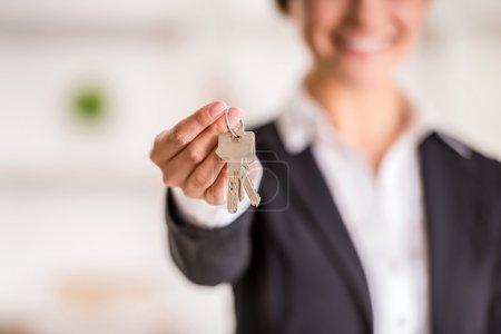 Photo pour Agent immobilier donne les clés d'un appartement aux clients. Se concentrer sur les touches. - image libre de droit
