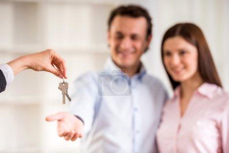 Photo pour Homme avec son épouse, étant donnée une clé de la maison. - image libre de droit