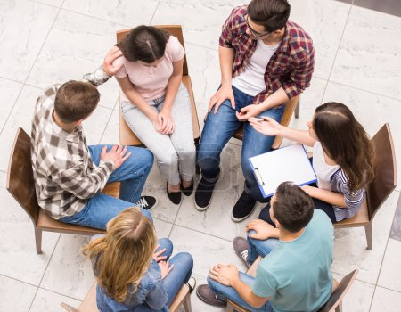 Photo pour Thérapie de groupe. Groupe de gens assis près de l'autre et de communiquer. - image libre de droit