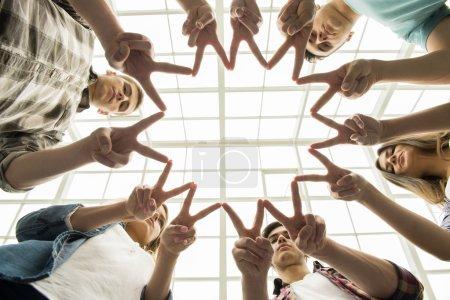 Photo pour Cercle de confiance. Groupe de personnes assises en cercle et se soutenant mutuellement . - image libre de droit