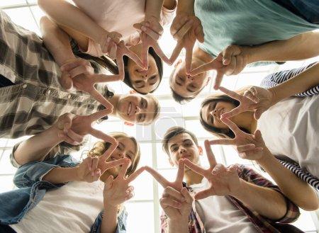 Photo pour Cercle de confiance. Groupe de gens assis en cercle et soutenir les uns les autres. - image libre de droit