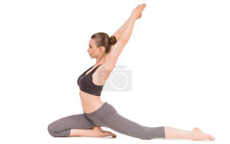 Photo pour Jeune femme faisant yoga asana en pose de pigeon. - image libre de droit