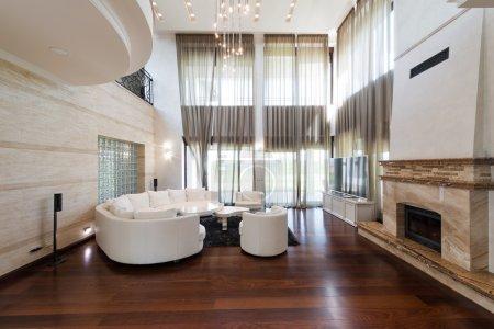 Foto de Moderna sala interior con chimenea - Imagen libre de derechos