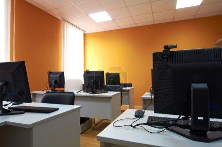 Photo pour Classe d'ordinateur dans un centre d'affaires - image libre de droit