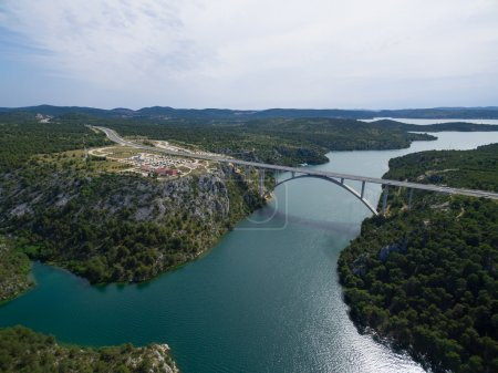 Photo pour Vue aérienne du pont Krka - pont en arc de béton de 391 mètres de long. Rivière Krka, Croatie . - image libre de droit