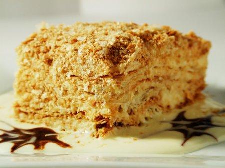 Photo pour Gâteau Napoléon sucré à la vanille et crème au chocolat - image libre de droit