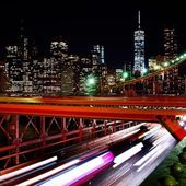Blick von der Brooklyn Bridge in New York City bei Nacht
