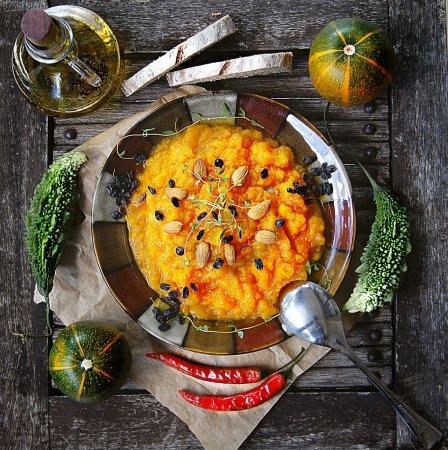 Photo pour Purée de citrouille à la viande séchée, plat de la cuisine sud-africaine - image libre de droit
