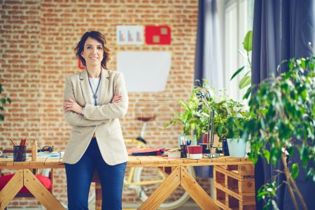 Photo pour Femme d'affaires élégante au bureau moderne, concept de travail - image libre de droit