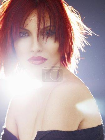 Photo pour Cheveux Roux. Portrait de femme de mode. Fille modèle de beauté avec des cheveux luxueux, maquillage et accessoires. Coiffure. Concept d'extensions de cheveux ondulés. Maquillage de vacances. Rouge à lèvres rouge - image libre de droit