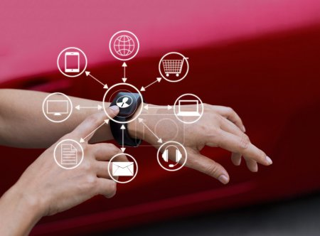 Photo pour Mains touchant icône connexion réseau client sur montre intelligente, Omni Channel ou multicanal - image libre de droit