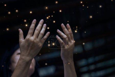 Photo pour Respect et prière et poussière d'étoiles sur fond de ville la nuit - image libre de droit