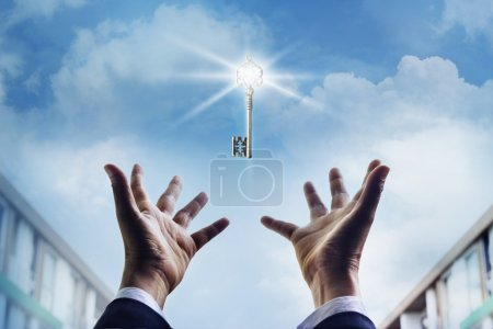 Photo pour Mains d'un homme d'affaires atteignant vers la clé du succès, concept d'entreprise - image libre de droit