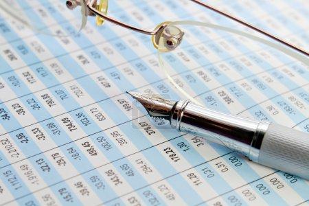 Photo pour Tabulation des données statistiques et de l'analyse des entreprises au bureau - image libre de droit