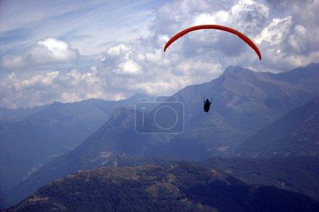 Photo pour Vue sur la montagne avec parachute - image libre de droit
