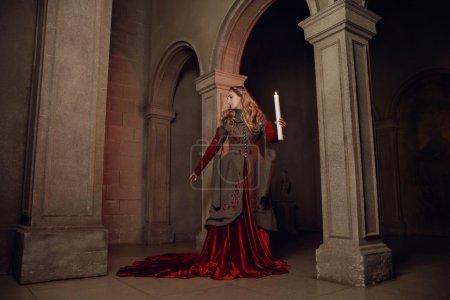 Photo pour Jeune belle femme au château médiéval gothique - image libre de droit