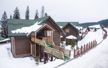 """Photo pour Station de ski """"Bukovel"""", Ukraine. Les montagnes des Carpates. Chalets en bois - image libre de droit"""