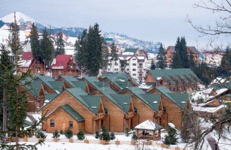 Photo pour Ukraine, Carpates, station de ski Bukovel. Gîtes en bois à la campagne - image libre de droit