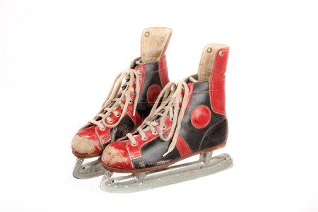 Photo pour De couleur rouge et noir patins à glace sur fond blanc, isolé, retro, vintage, vue latérale, format paysage - image libre de droit