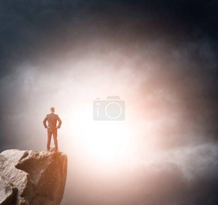 Foto de Joven hombre de negocios mirando al futuro - Imagen libre de derechos