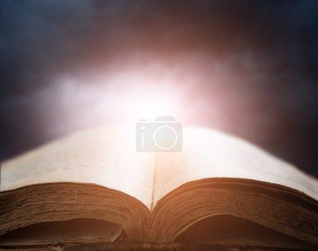 Bible sur ciel coucher de soleil