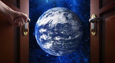Photo pour Main ouvre la porte de la salle à galaxie - image libre de droit