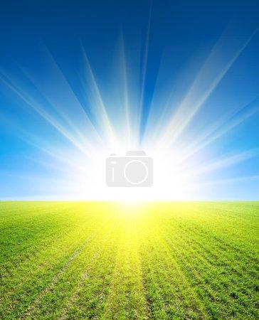 Photo pour Champ sous beau ciel nuageux coucher de soleil - image libre de droit
