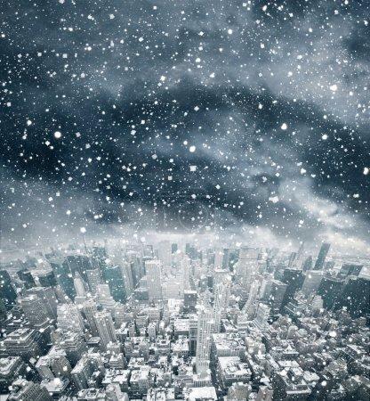 Photo pour Sombres nuages d'orage sur la ville - image libre de droit