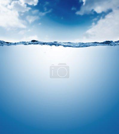 durchsichtige wasser mit blauer himmel