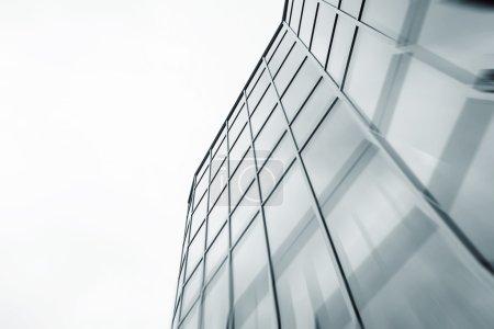 Photo pour Vue de fond abstraite grand angle de gratte-ciel commercial en acier bleu clair de grande hauteur en verre extérieur. concept d'architecture industrielle et d'immeuble de bureaux réussis - image libre de droit