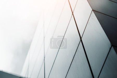 Foto de Vista de fondo abstracta de gran angular de rascacielos comerciales de gran altura de acero azul claro hechos de vidrio exterior. concepto de arquitectura industrial exitosa y edificio de oficinas - Imagen libre de derechos