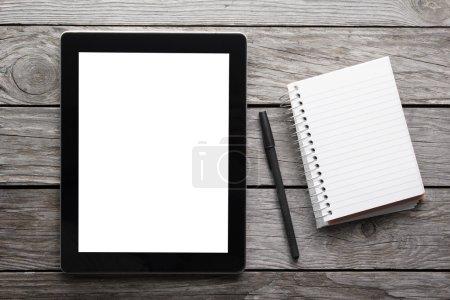 Photo pour Tablette numérique sur la table avec écran isolé pour votre image et espace de copie - image libre de droit