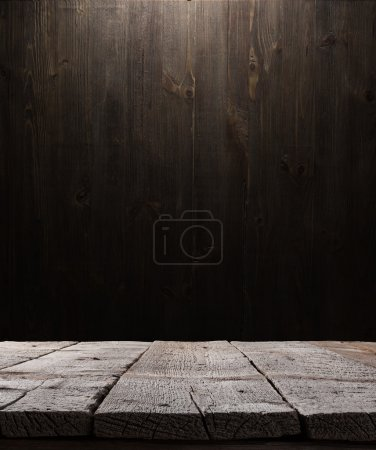 Foto de Dark wooden background texture. Wood shelf, grunge industrial interior with light bulb - Imagen libre de derechos