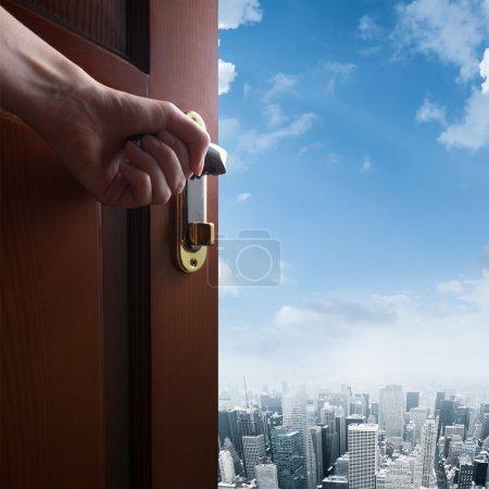 Photo pour Main ouvre la porte sur le centre-ville de la ville - image libre de droit