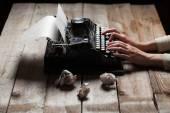 Keze írása a régi typewriter át fából készült asztal háttere