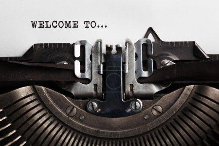 Photo pour Bienvenue sur un tableau blanc. machine à écrire avec une feuille de papier - image libre de droit