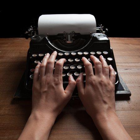 Photo pour Mains, écrit sur une vieille machine à écrire, sur fond de table en bois - image libre de droit