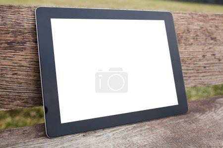 Photo pour Tablet pc ordinateur gadget avec écran isolé sur un fond en bois - image libre de droit
