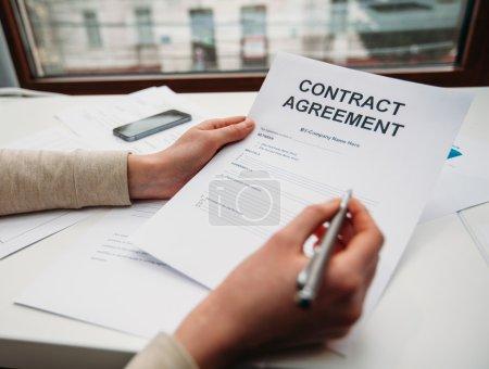 Photo pour Femme d'affaires signature de document contractuel - image libre de droit