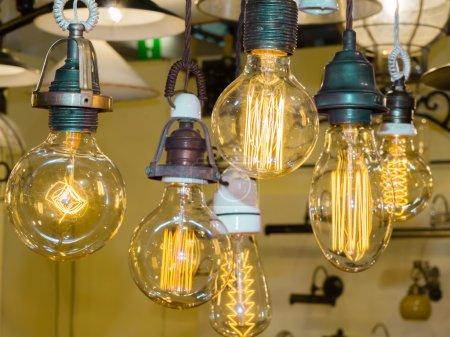 Photo pour Vieille ampoule en carbone Filament, ampoule edison ambre - image libre de droit