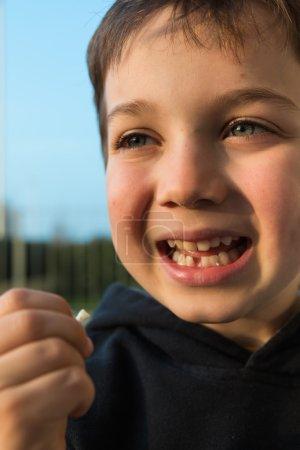 Photo pour Jeune garçon avec dent avant manquante, attendant la fée des dents - image libre de droit