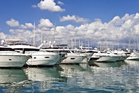 Photo pour Rangée de yachts de luxe amarrés dans un port - image libre de droit