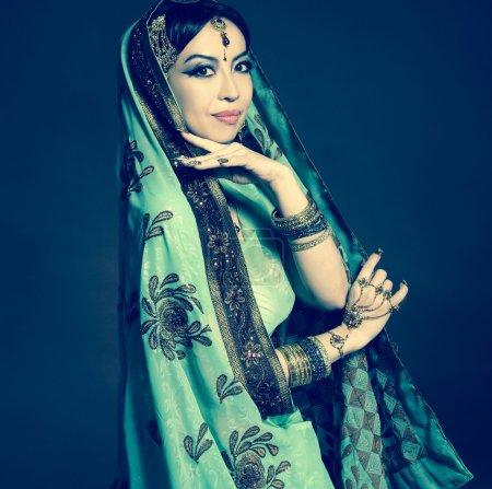 Photo pour Femme asiatique en vêtements traditionnels avec maquillage nuptial et bijoux. posant - image libre de droit
