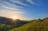 Pěkný západ slunce nad horami