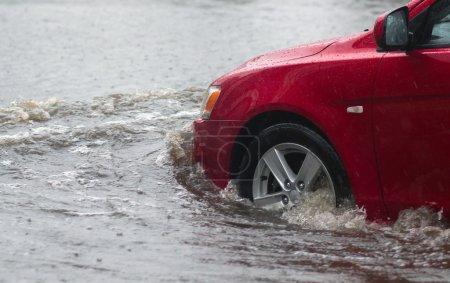 Photo pour Balades en voiture sous de fortes pluies sur une route inondée - image libre de droit