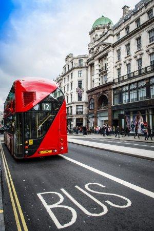 Photo pour Le Bus de Londres est l'une des principales icônes de Londres, l'archétype Routemaster arrière-entrée rouge étant reconnu dans le monde entier. Le nouveau Routemaster, initialement dénommé le nouveau réseau de Bus pour Londres et familièrement comme le Borisbus ou le Borismaster est un hy - image libre de droit