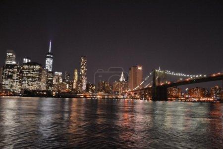 Photo pour Photographie du pont de Brooklyn et du quartier financier de NYC du parc Dumbo à Brooklyn - image libre de droit